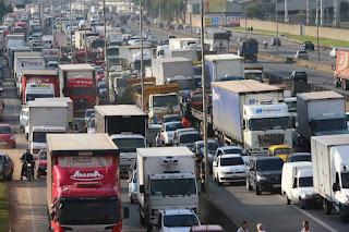 Custo de frete de caminhão aumenta preços de produtos