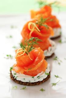 blinis con salmón ahumado y su crema agria