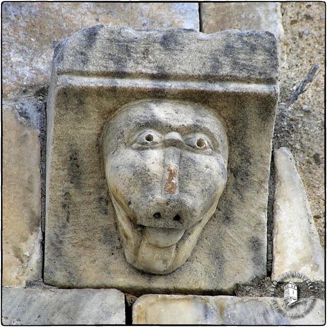 SAINT-GENIS-DES-FONTAINES (66) - Portail roman de l'ancienne abbatiale
