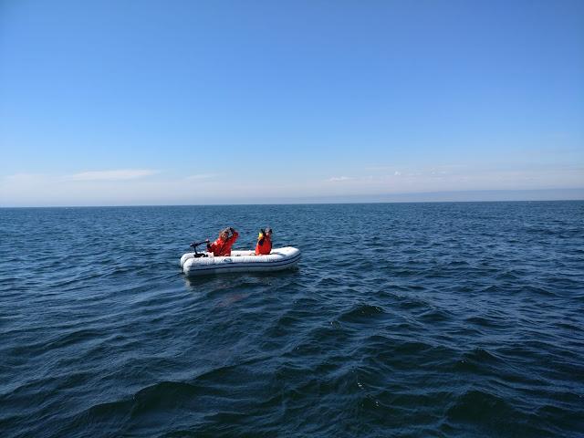 Kaksi kartoittajaa kumiveneessä.