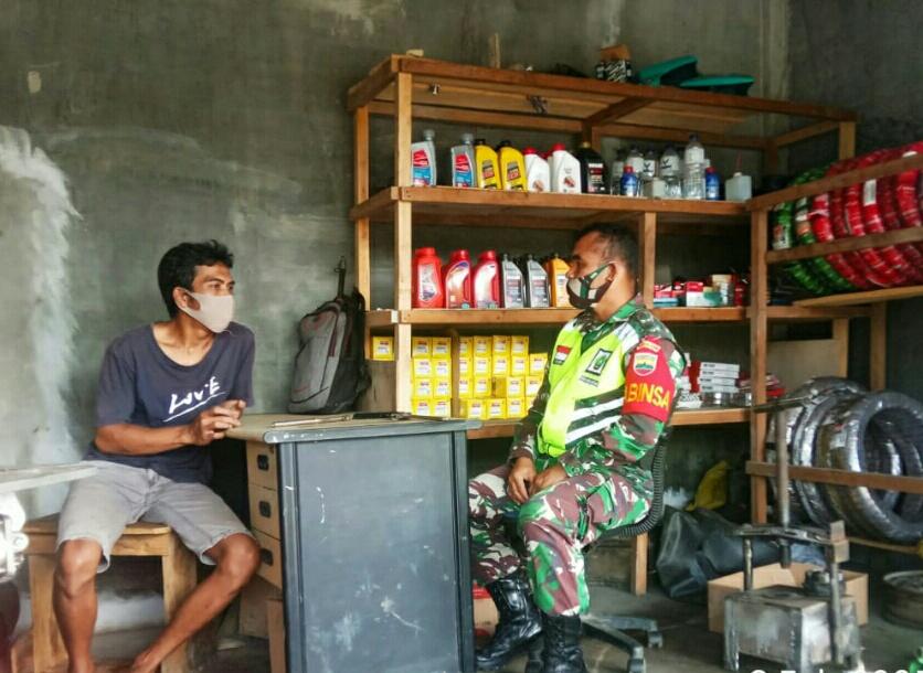 Kerap Dikunjungi Konsumennya, Saat Melaksanakan Komsos Babinsa Desa Sungai Ulu Ingatkan Pekerja Bengkel Terapkan Protokol Kesehatan