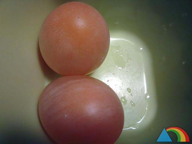 Huevos después de 48 horas en vinagre, sin cáscara, sólo con la membrana