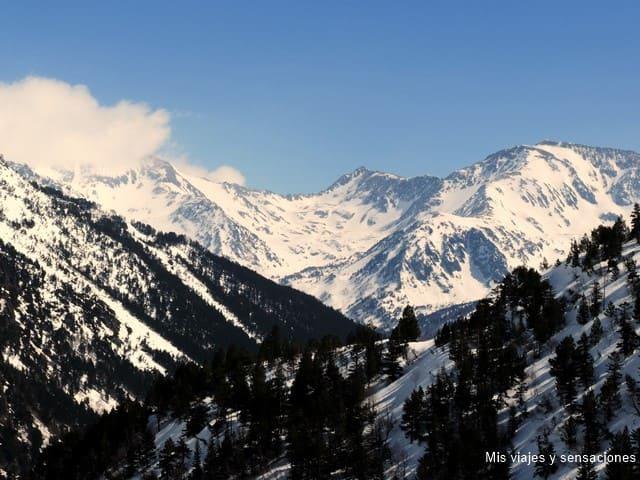 Vista desde la carretera de acceso a los lagos de Tristaina, Andorra