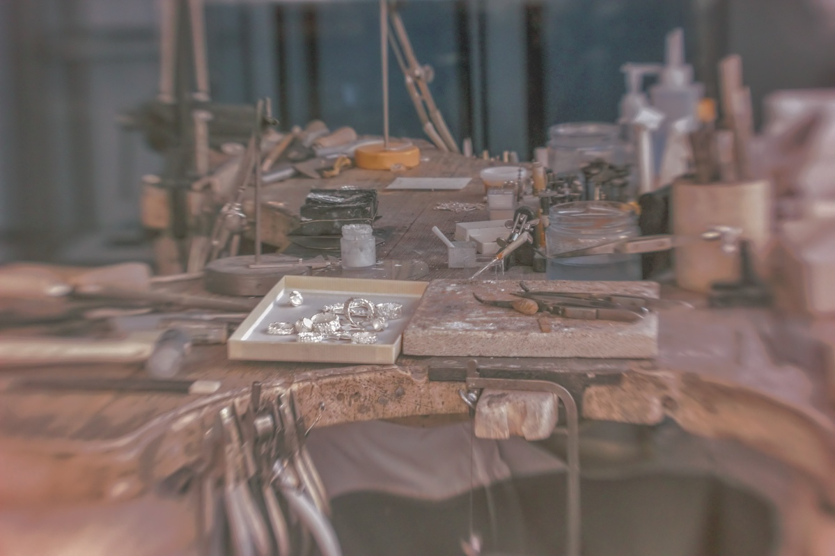 Ein Goldschmidearbeitsplatz in Infrarot surealistisch bearbeitet