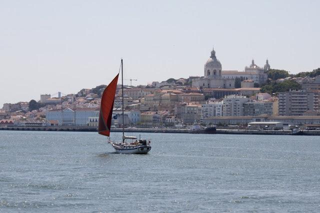 Lisbona vista dal fiume Tago