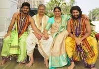 Vijay Deverakonda with her family