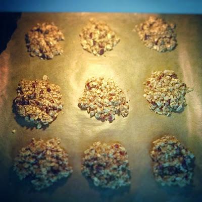 ciasteczka owsiane z żurawiną i orzechami laskowymi bez mąki i masła