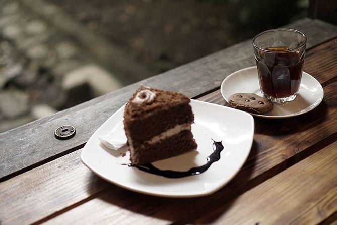 Menyeduh kopi dan menikmati Keik di Erha Coffee and Literacy