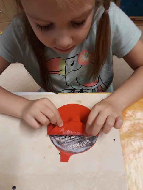 A papír poháralátétekre ráragasztottuk a filc anyagot