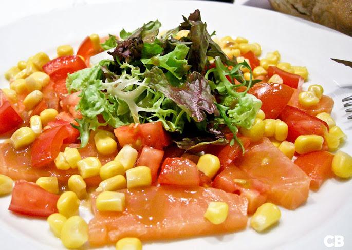 Salade met gerookte zalm, mais en tomaat met een sherrydressing