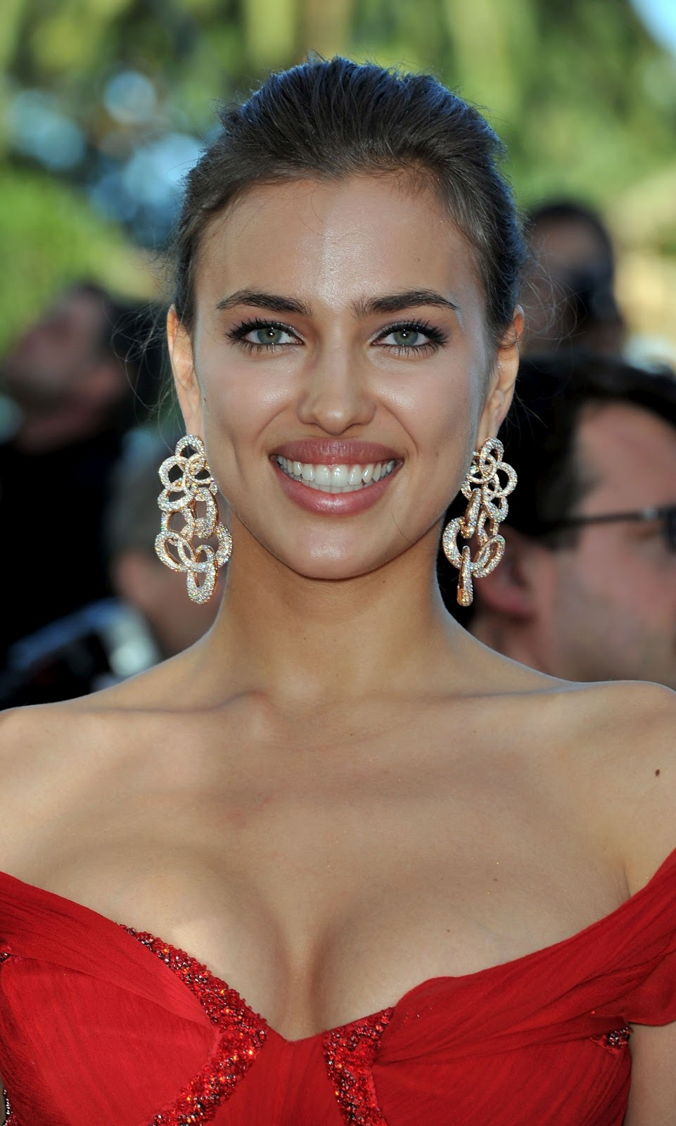 Irina Shayk La Senza Lingerie 2011: Bollytter: Irina Shayk & Kelly Brook Deep Cleavages In Cannes