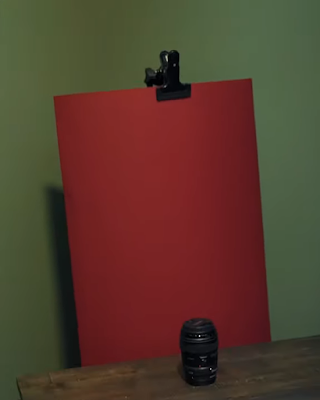 عدسة كانون 85 ملم ورائها ورقة حمراء بغرض التصوير
