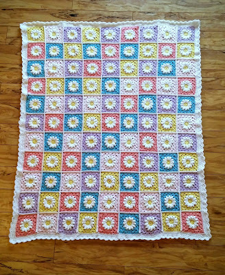 Cheery Crochet Spring Daisy Blanket by @papertapepins with link to free pattern!