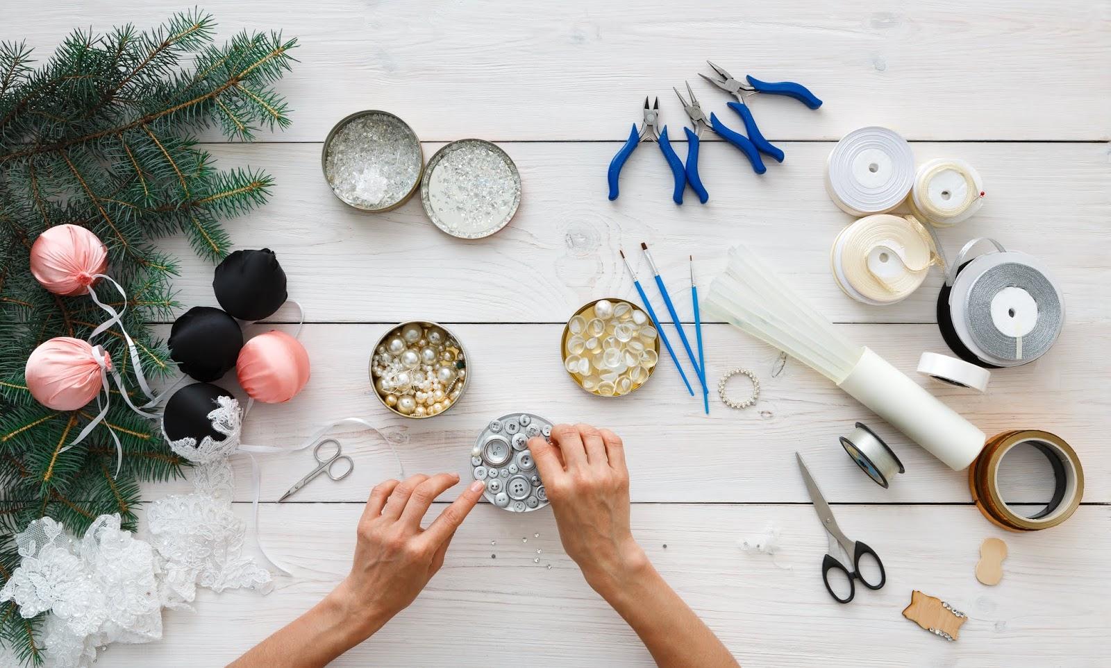 reciclar adornos  navideños con tela, botones y puntillas