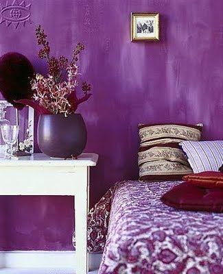 Pared de color Ultra Violet Pantone para el dormitorio