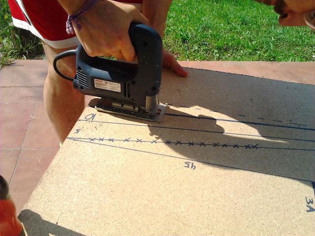 cortando las piezas con la sierra de calar, usar siempre protección para los ojos.