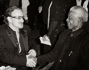 stretta di mano tra il cantante bono degli u2 e il presidente del sud africa nelson mandela