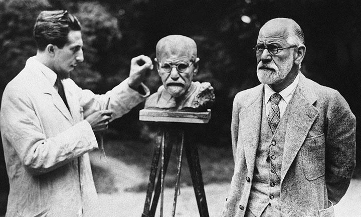 Скульптор лепит бюст Зигмунда Фрейда