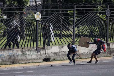 """David Vallenilla, padre del estudiante asesinado durante las protestas en contra del régimen de Nicolás Maduro, denunció que """"extrañamente"""", a dos días del acto conclusivo sobre el caso de su hijo, fue destituido el Fiscal 26 del Ministerio Público, Luis Dordelly."""