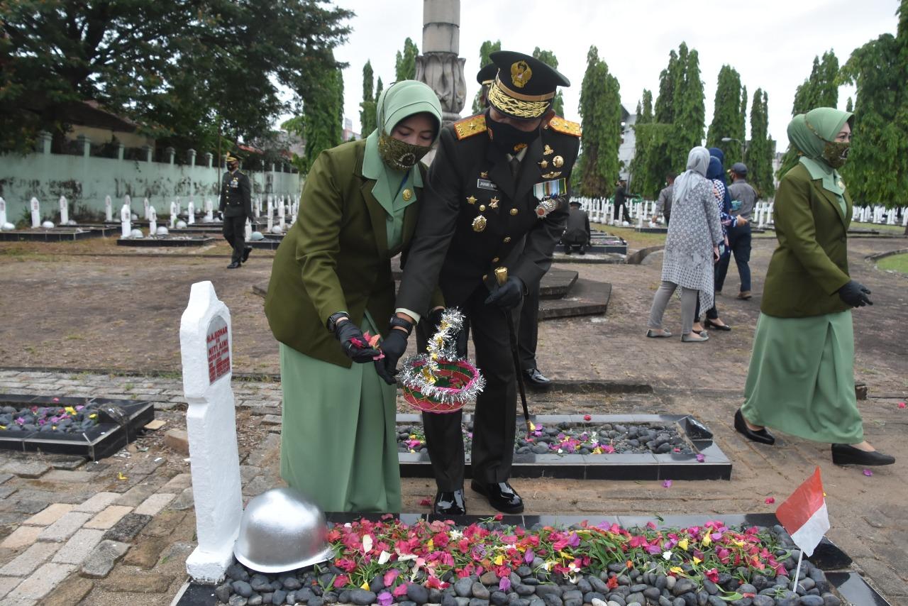 Peringati HUT TNI Ke 75, Danrem 044 Gapo Ziarah Ke Taman Makam Pahlawan