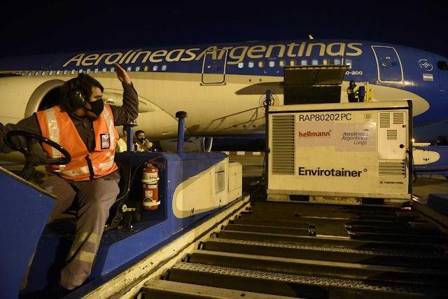 """Avión de Aerolíneas Argentinas fue en busca de las vacunas chinas pero """"por error"""" trajo 1 millón de celulares Xiaomi"""