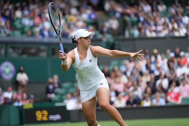 Ashleigh Barty em ação na quadra central de Wimbledon