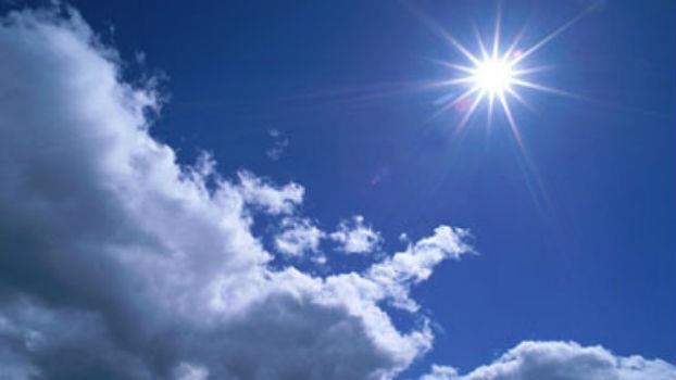 طقس حارّ وزخات مطرية في توقعات الجمعة