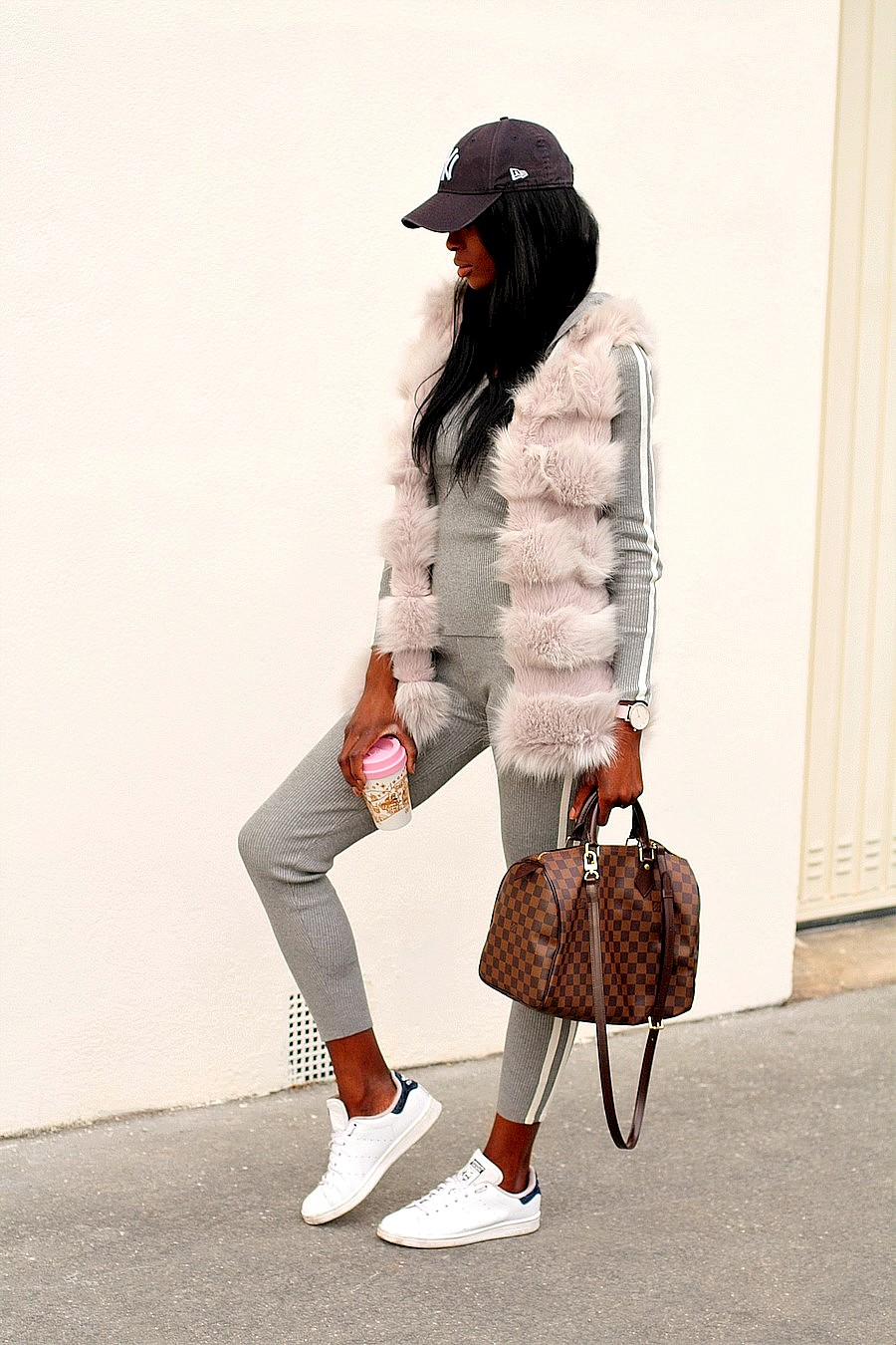 inspiration-look-tendance-sport-luxe-adidas-sneakers-gilet-fourrure-jogging