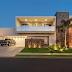 Fachada de casa com pedra ferro, concreto e madeira destacando os elementos arquitetônicos!