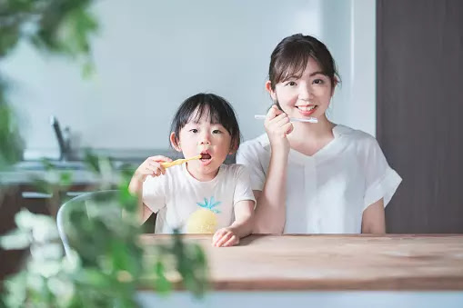 Menjaga kesehatan gigi sejak dini merupakan salah satu hal yang sangat penting. Dengan menjaga kesehatan gigi, resiko sakit gigi pun dapat teratasi.