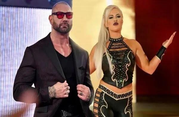 باتيستا يقع في حب نجمة WWE دانا بروك