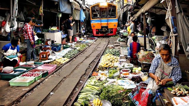 Tuy nhiên, thực tế là những tiểu thương tại chợ Maeklong là những người rất nhanh nhẹn và có nguyên tắc. Khi bắt đầu nghe thấy tiếng còi tàu hỏa, những chủ sạp sẽ nhanh chóng che mặt hàng ven đường ray lại, đồng thời dọn dẹp những mặt hàng bày trên đường ray để dành đường cho tàu chạy. Sau khi tàu đi qua, người ta lại tiếp tục buôn bán như bình thường.