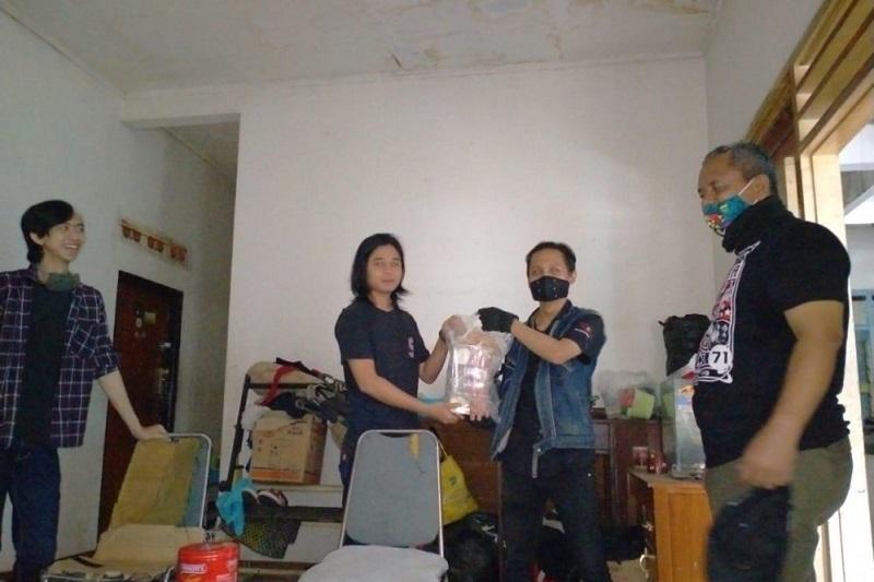 Bandung Youth Care Bagikan Opor Lebaran untuk Penghuni Kosan