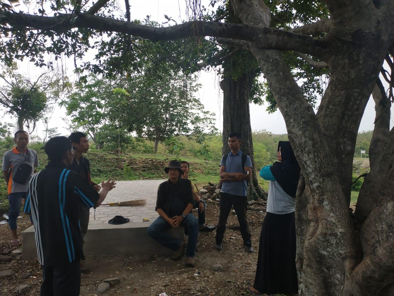 Foto tanya jawab dengan kelompok darwis dan penjaga tentang situs goa sentono