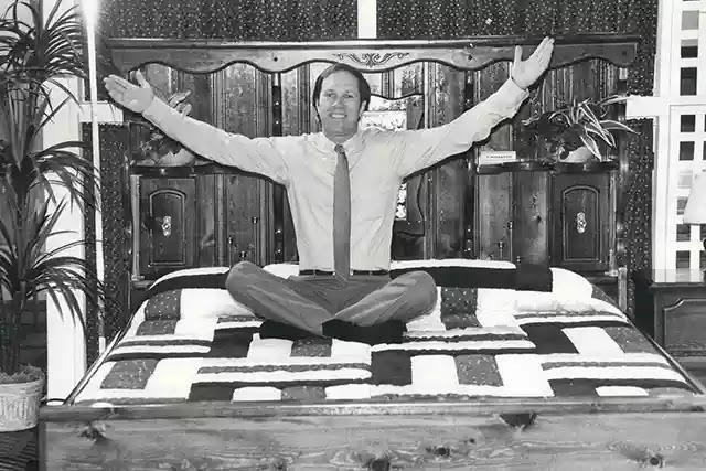 Charles Hall, yüksek lisans tez projesini için bir su yatağı prototipi sundu ve ardından şirketini kurarak su yatağı üretimine başladı.