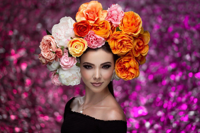 Девушка с цветами на голове