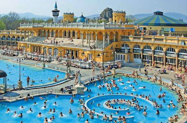 Arribada a Budapest, visita al famós balneari Széchenyi i volta pel castell de Vajdahunyad