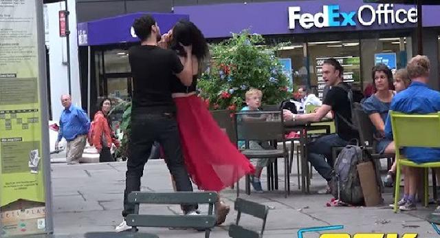 ΑPΧΙΣΕ να την ΧΤΥΠΑΕΙ στην μέση του δρόμου !! ΔΕΙΤΕ τι τον περίμενε;;
