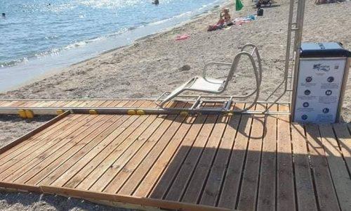Ράμπα που διασφαλίζει την πρόσβαση των ανθρώπων με κινητικά προβλήματα στην παραλία και την θάλασσα απέκτησε και η Καστροσυκιά.