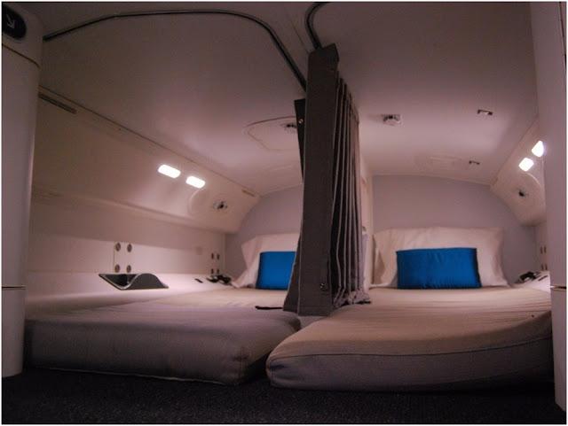 هل تنام المضيفات بالطائرة؟