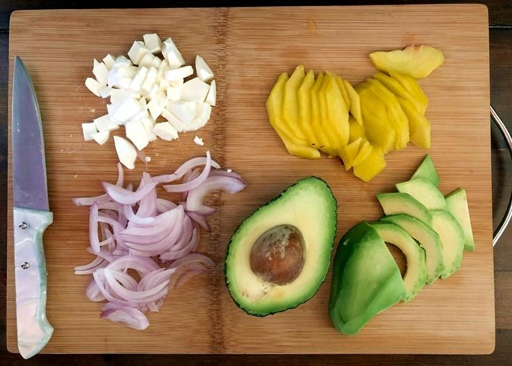 Ensalada de aguacate y melocotón con queso fresco