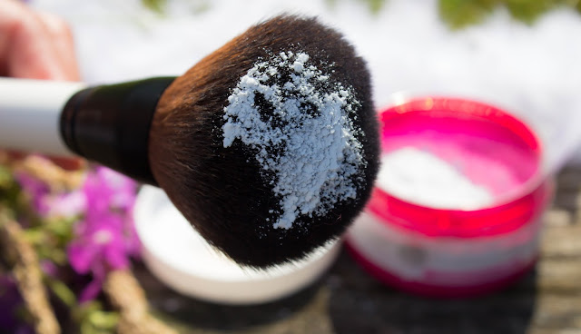 Using natural translucent powders made at home has benefits for the skin