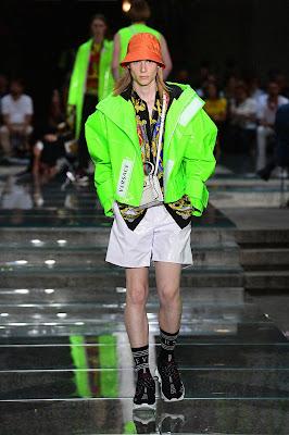 Se Valentino é ostentoso e Dolce & Gabbana é glamorosa, então a casa Versace só pode ser descrita - da melhor maneira possível - como ousada e audaciosa.   Fundada em 1978 por Gianni Versace, a marca italiana engloba tudo o que imaginamos sobre luxo. Esta é uma marca que parece cara, parece cara e é - você adivinhou! - caro. Versace é conhecido por suas cores brilhantes, padrões ousados e gráficos vibrantes. Até o uso de Medusa no logotipo da marca se baseia na personagem mitológica grega e em sua capacidade de consumir completamente quem a olhava.  Após o assassinato de Gianni Versace em 1997, Donatella Versace assumiu como a diretora criativa da gravadora e passou a incorporar tudo sobre a marca com seu próprio estilo de vida. A marca continuou a prosperar nos últimos anos e, graças ao seu ethos de riqueza e hedonismo, tornou-se uma das marcas de roupas de luxo mais mencionadas nas letras de rap, Migos ou não.  Também é importante notar que a Versace é uma das poucas marcas sofisticadas que permanece com propriedade majoritária de sua família fundadora. A moda sempre foi cheia de drama, mas a House of Versace é realmente uma dinastia.