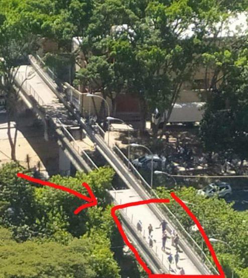 Autoridades Investigan caída de parte del piso de la pasarela peatonal de San Agustín del Sur