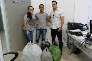 Equipe do PIBID Biologia doa garrafas PET para construção de Espaço de Práticas Integrativas do CES