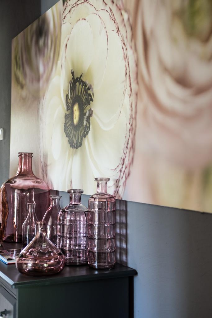 fim.works | Lifestyle Blog | Flur im New Hampshire-Look: Fototapete mit Ranunkelblüte, Vasensammlung in Rosa, ikea Kommode in Dunkelgrau, James Dean-Bildband