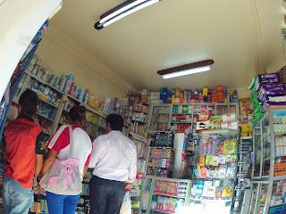 Típica farmácia boliviana.
