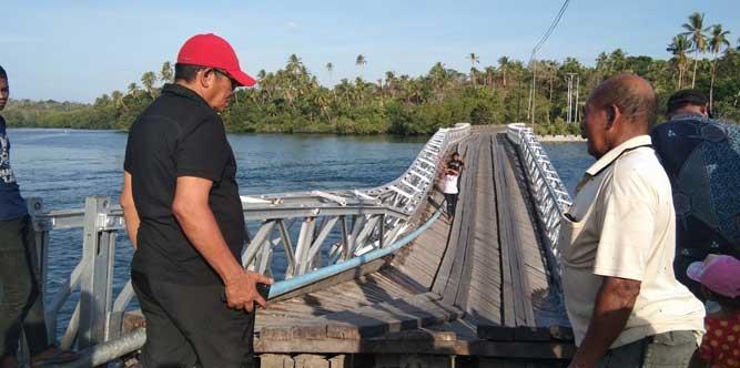 Langgur, Malukupost.com - Jembatan penyeberangan yang selama ini sebagai sarana yang menghubungkan kecamatan Manyeuw dan Kecamatan Hoat Sorbai, Kabupaten Maluku Tenggara (Malra) lebih khusus masyarakat Ohoi (Desa) Rumadian dan Ohoi Dian ambruk pada hari Sabtu (30/11).    Pemerintah daerah Maluku Tenggara (Malra) memberikan perhatian serius terhadap kejadian tersebut, bahkan Bupati setempat M, Thaher Hanubun langsung meninjau lokasi kejadian.    Bupati Hanubun kepada media ini di Langgur (2/12) mengatakan, pihaknya akan segera menidaklanjutinya dengan berkoordinasi dengan pemerintah provinsi Maluku.