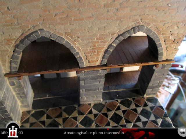 Arcate ogivali e piano intermedio