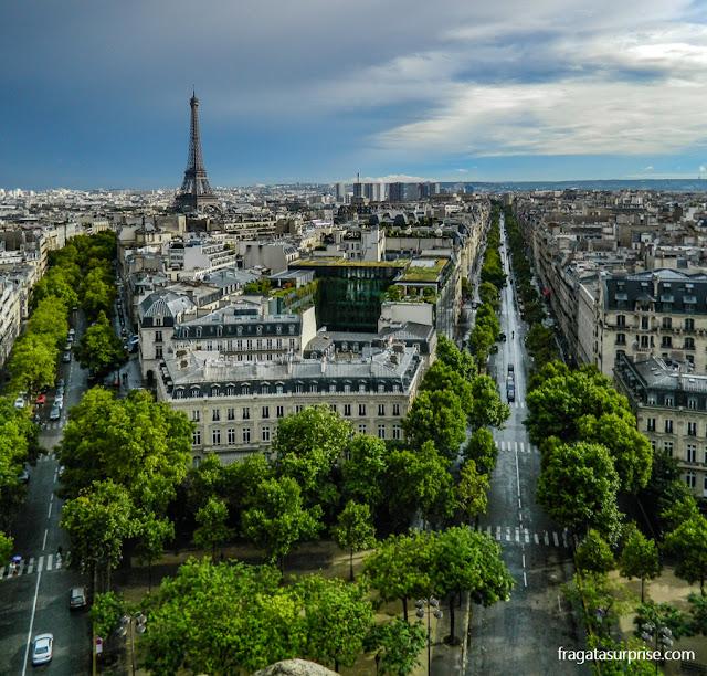 A Torre Eiffel vista do topo do Arco do Triunfo, em Paris